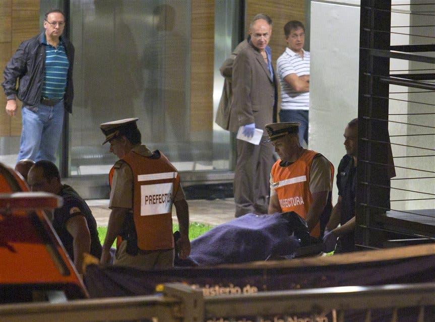 Resultado de imagen para imagenes de l fiscal alberto nisman cuando es retirado del edificio