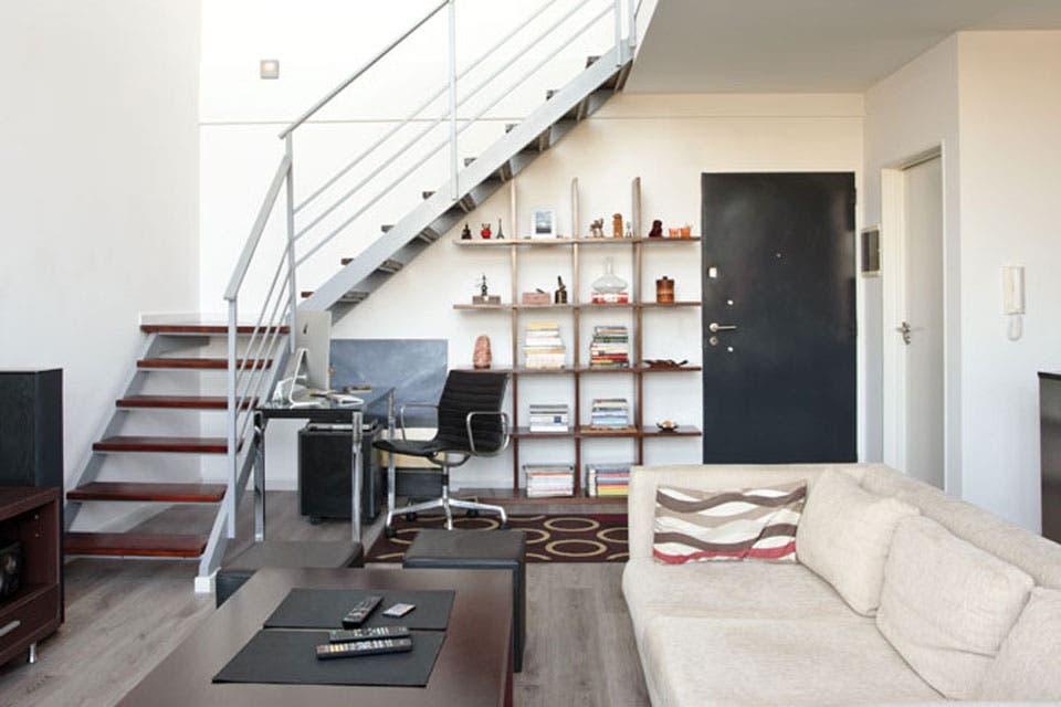 ocho formas de aprovechar el espacio debajo de una escalera living espacio living