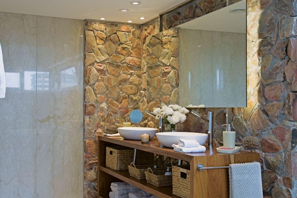 Un baño decorado con piedra y madera - Cristina Solanet ...