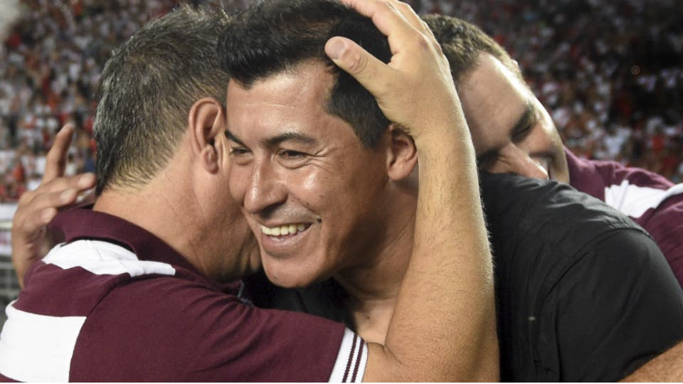 hoy cumple el mejor dt de la argentina , el fútbol sonríe