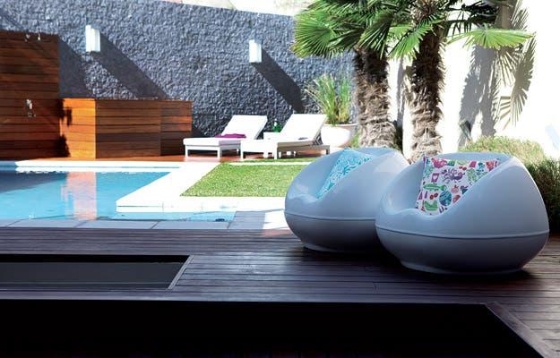 Un patio de diseño minimalista   living   espacio living