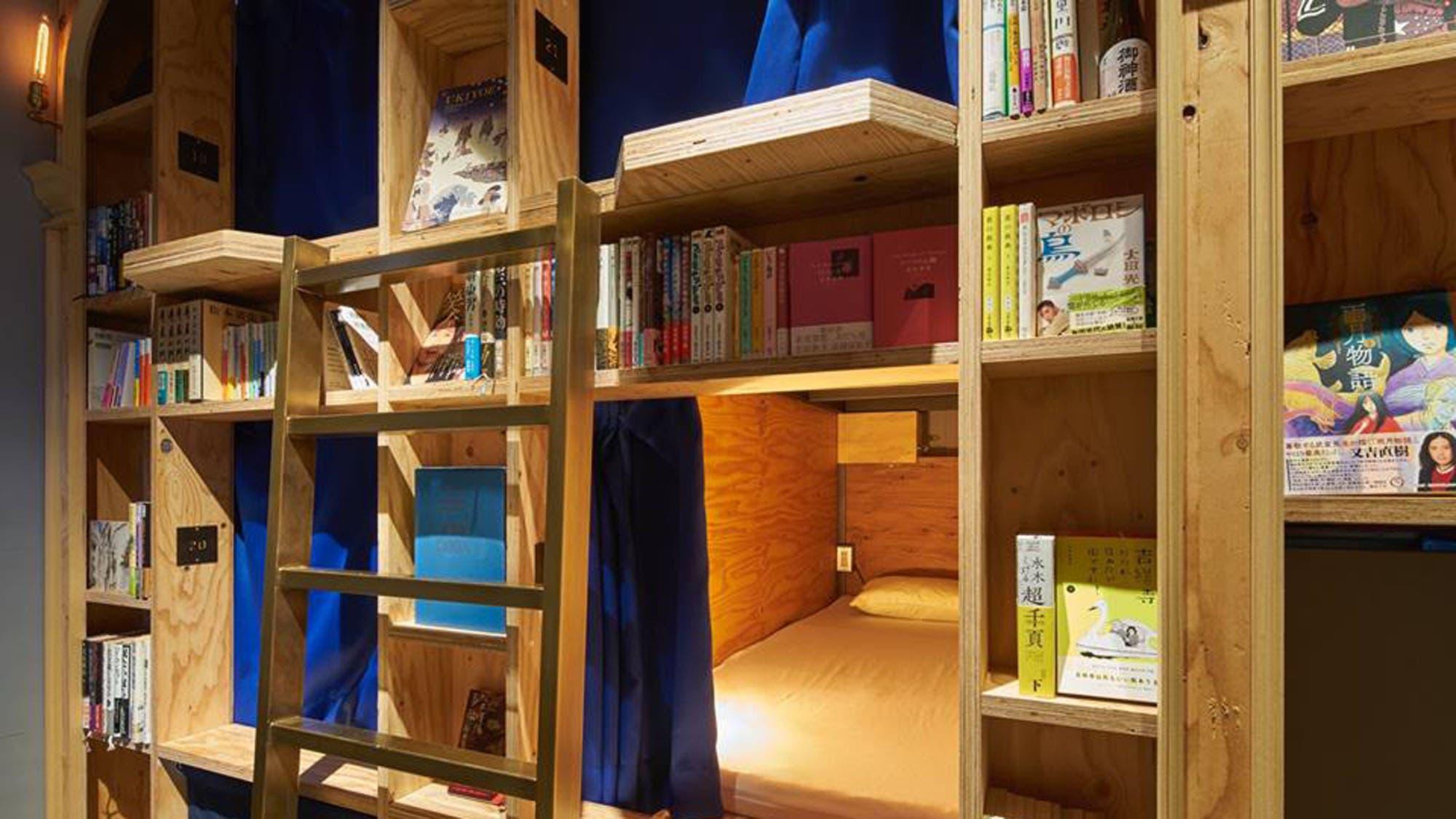 El encantador hotel que tiene bibliotecas en lugar de paredes