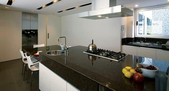 Una cocina de líneas puras y diseño limpio   común   espacio living